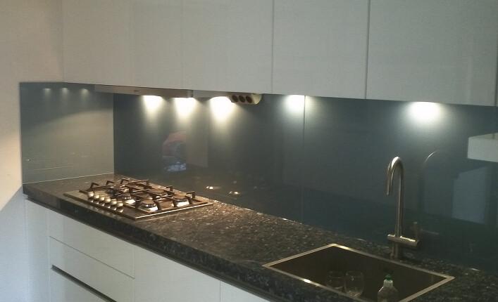 Weisse Küche Schwarzer Granit Grauer Spritzschutz ...